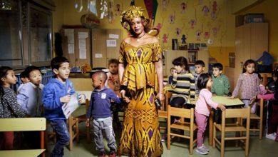 """Photo of """"Tutte le ore del mondo"""": la vita di una comunità multietnica negli scatti del grande fotografo Gerald Bruneau"""